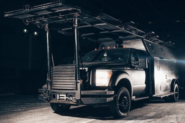 Camion con una scala sul tetto. concetto antiterrorismo. macchine speciali per swat. tecnica mista