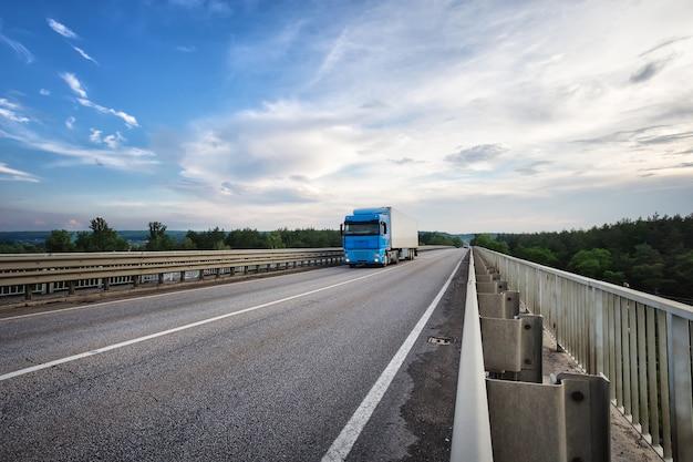 Camion con un rimorchio drive sul ponte