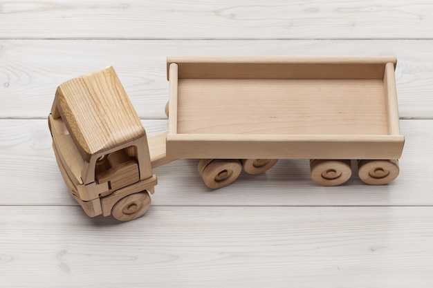 Camion con rimorchio, giocattolo in legno naturale fatto a mano. copia spazio, girato in studio.