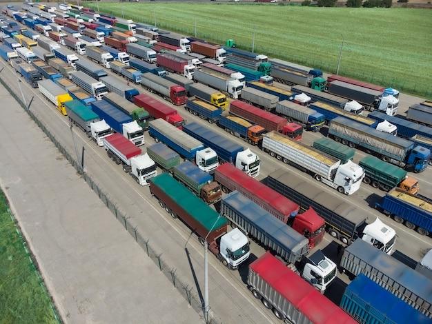 Camion in fila nel parcheggio al terminal del porto. grande centro logistico.