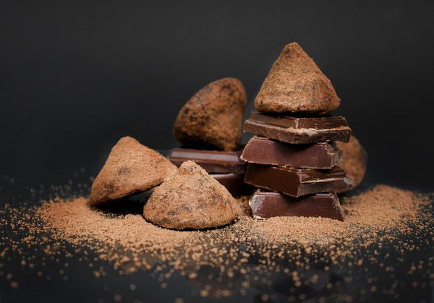Caramelle di cioccolato al tartufo su una pasticceria di fondo scuro