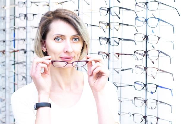 Provare gli occhiali in un negozio di ottica