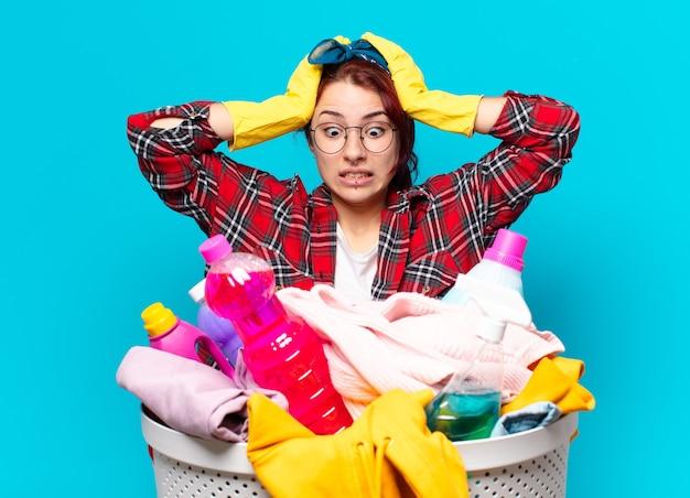 Governante della ragazza di tty che lava i vestiti