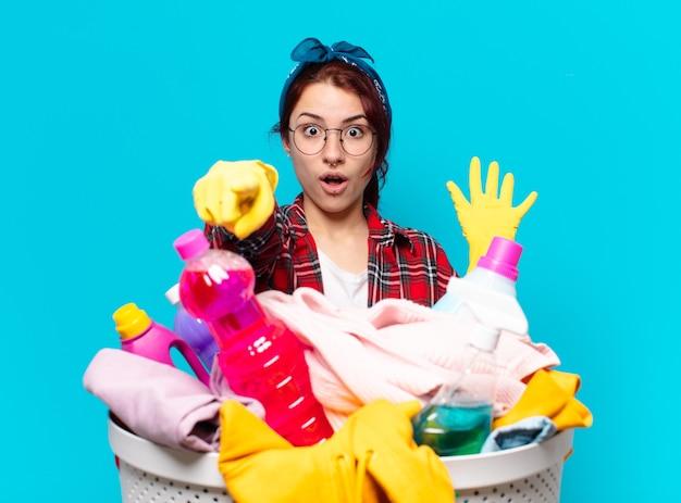 Tty ragazza domestica che lava i panni