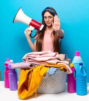 Tty donna governante che lava i vestiti
