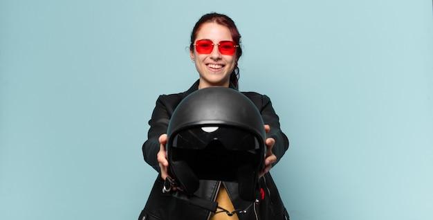 Motociclista donna tty con casco di sicurezza