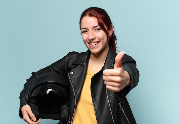Tty donna motociclista con un casco di sicurezza