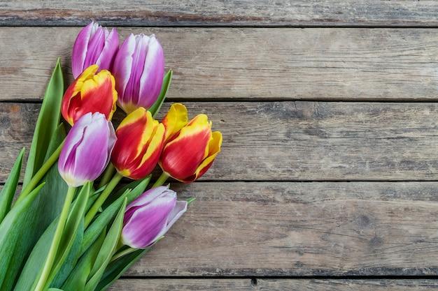 Fiori del tulipano sulla tavola di legno