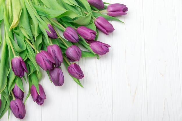 Tulipani sul pavimento di legno