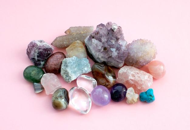 Pietre preziose burattate e grezze e cristalli di vari colori