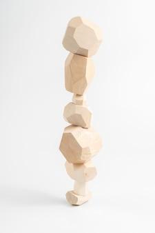 Tumi-ishi puzzle game. pietre per rock balance. una torre instabile costruita con sbarre di legno sfaccettate.