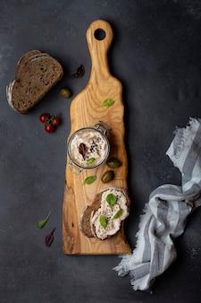 Rillettes di tonno con crema di formaggio e acciughe e pane fresco