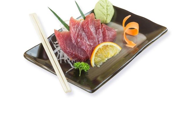 Sashimi di tonno, pesce crudo in tradizionale stile giapponese su sfondo bianco