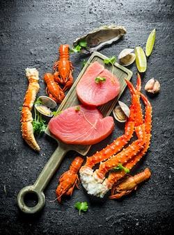 Bistecca di tonno sul tagliere.