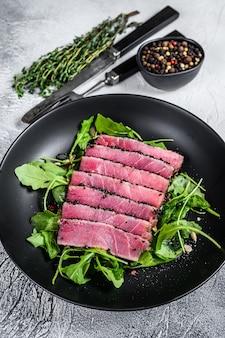 Insalata di bistecca di tonno con rucola e spinaci