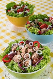Tonno, insalata verde vitaminica e greca con feta e gustosa selezione di verdure.