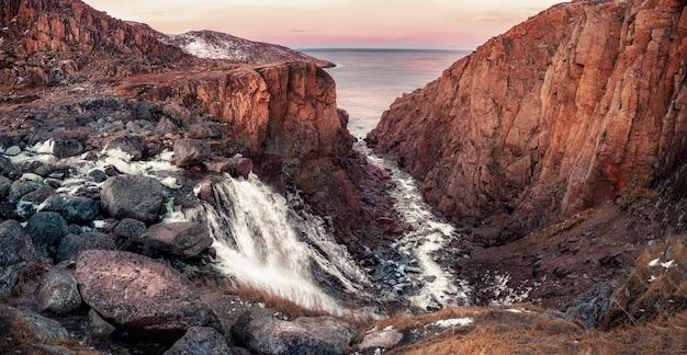 Paesaggio colorato della tundra alla penisola di kola in autunno