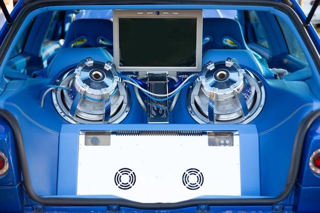 Tuning auto moderna con sistema audio estremamente potente. sintonizzazione dei bassi del subwoofer. amplificatore con sistema di raffreddamento.