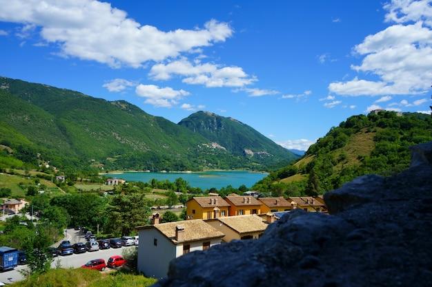 Lago del turano castel di tora villaggio italiano vacanze in italia