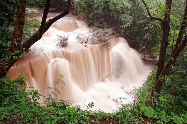 Acqua torbida della cascata tropicale dopo una forte pioggia