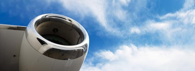 Il motore a turbina del moderno business jet, primo piano del rotore, layout panoramico