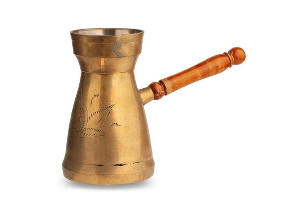 Turka una caffettiera in rame con manico in legno isolato su uno sfondo bianco