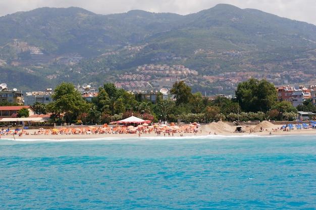 Turchia alanya mar mediterraneo panorama costiero vista della città e la spiaggia di cleopatra