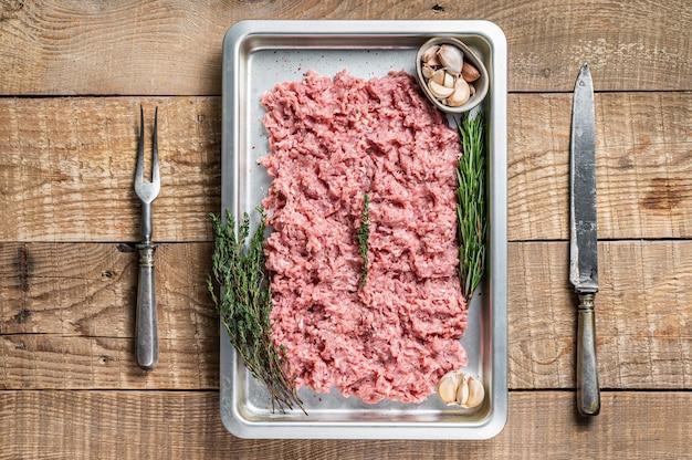 Tritare carne cruda di tacchino o pollo in un vassoio da cucina kitchen