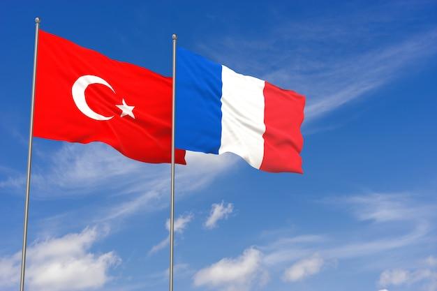 Bandiere della turchia e della francia sopra il fondo del cielo blu. illustrazione 3d