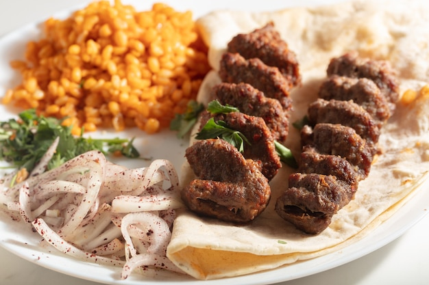 Adana kebab turco con verdure nel piatto