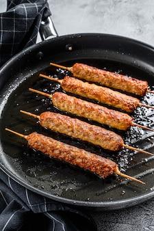Kebab tradizionale turco e arabo, carne macinata di manzo, carne di agnello