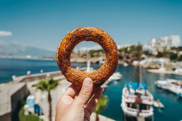 Pane turco simit tradizionale bagel al forno in turchia venduto come cibo di strada