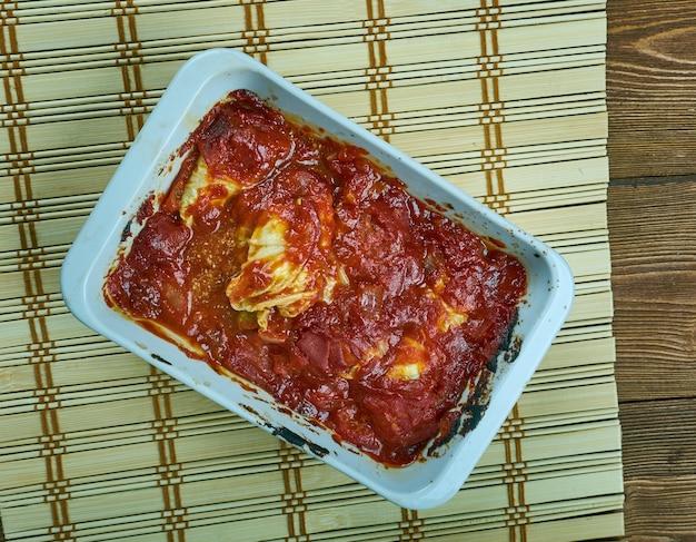 Involtini di cavolo turco con salsa di yogurt con salsa marinara di pomodoro basilico