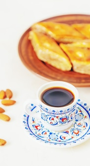 Caffè turco e baklava su uno sfondo chiaro. messa a fuoco selettiva. cibo.