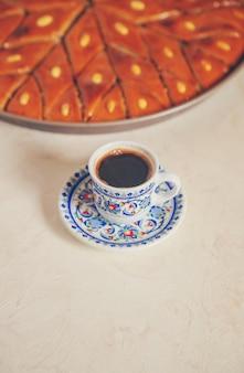 Caffè turco e baklava su uno sfondo chiaro. messa a fuoco selettiva. natura.