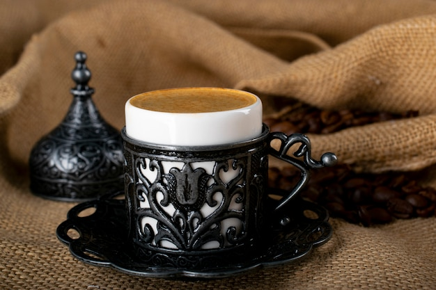 Caffè turco. stoviglie orientali con un motivo. chicchi di caffè, delizia turca