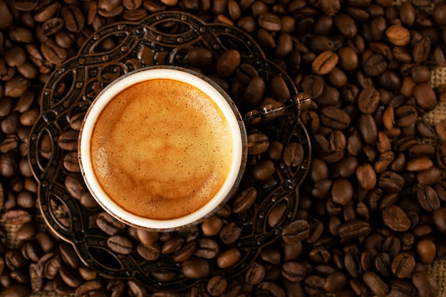 Caffè turco in pentole tradizionali di rame, una tazza di demitass