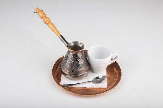 Caffè turco con un bicchiere d'acqua su un vassoio