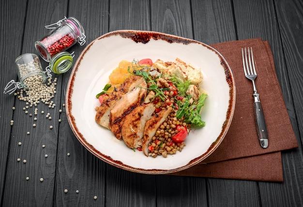 Cucina turca, porridge di grano con bistecca e verdure. keshkek