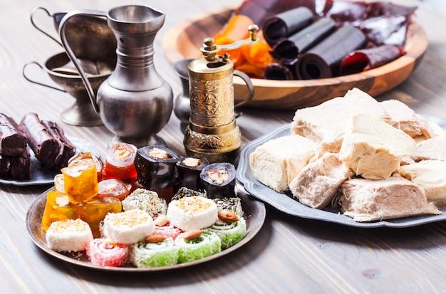 Lokum di delizia turca con noci su piastra metallica