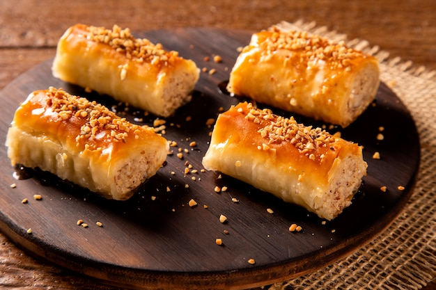 Dessert turco kadayif su uno sfondo di legno.