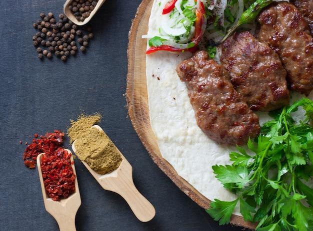 Pila di kofte cibo turco di polpette con riso pilav