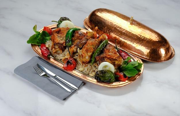 Kebab turco pronto per essere servito al tavolo adana urfa pollo shish kebab misto beyti