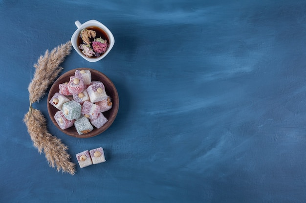 Lokum turco con nocciole e una tazza di tisana.