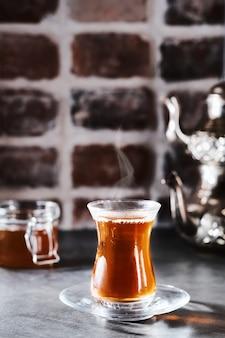 Tè aromatico rosso turco in un bicchiere tradizionale