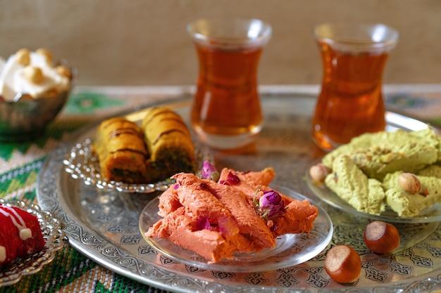 Baklava dolce turco su vassoio di metallo con tè turco