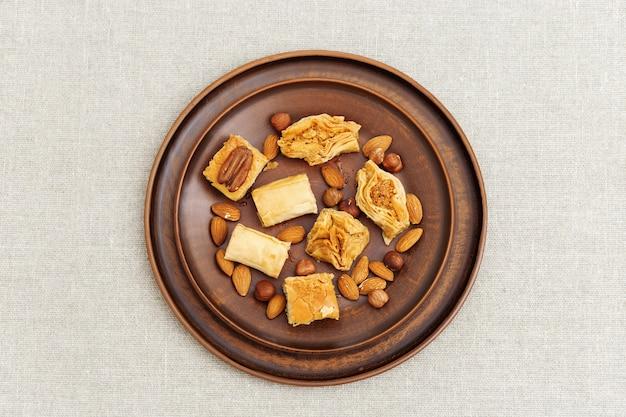 Dolce turco con noci tritate e miele