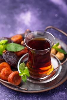 Tè turco in vetro tradizionale con frutta secca