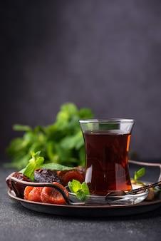 Tè turco con frutta secca