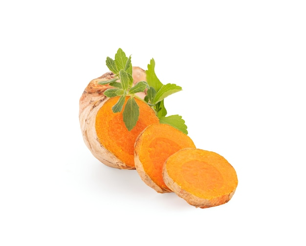 Rizoma di curcuma o curcuma longa e foglie verdi di stevia isolate su sfondo bianco con tracciato di ritaglio.